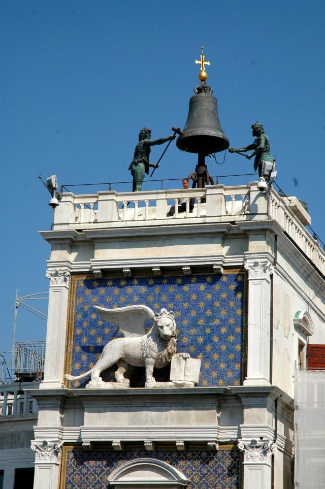 O Leão Alado de São Marcos e o sino do relógio.