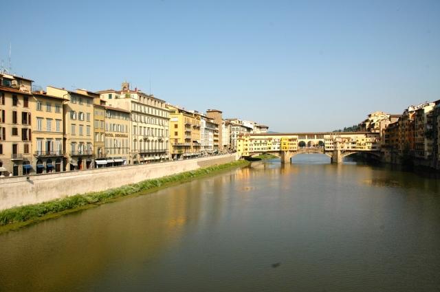 A cidade nas margens do Rio Arno.