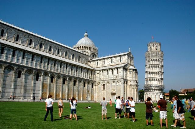 O belo Duomo ao lado da Torre.