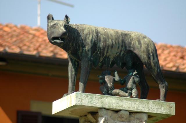 A loba alimentando Rômulo e Remo.