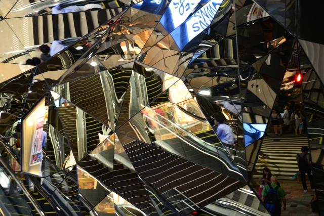 Fachada de espelhos num shopping no centro de Tóquio.