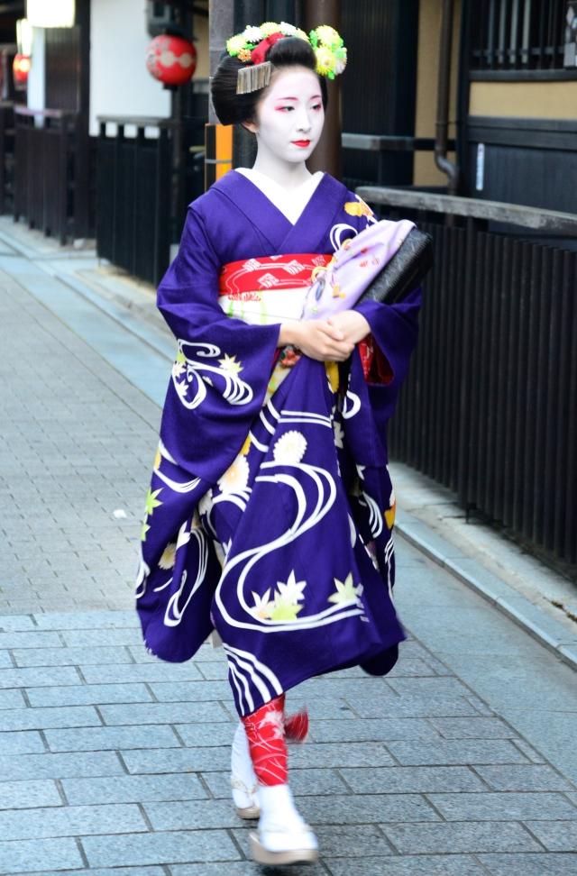 Encontramos uma Maiko nas ruas de Quioto.
