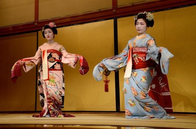 """Show com """"Gueixas"""", no Teatro Gion Corner."""