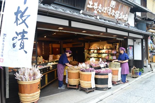 Lojas de souvenires na subida do distrito de Higashiyama