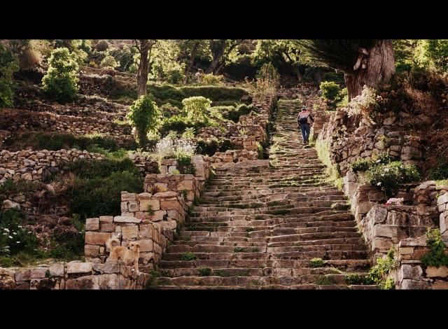 Escadaria até o tpo da ilha, lado sul