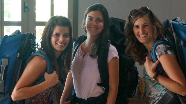 Mariana Stefenoni, Letícia Moreno e Maira Nery saíndo de Rio Branco.