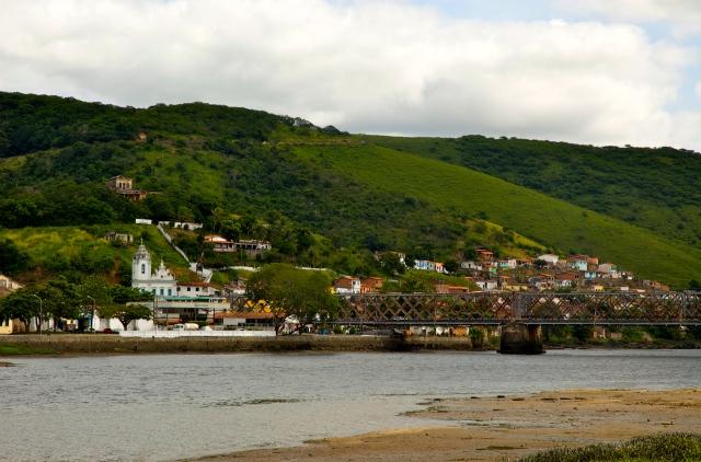 A Ponte D. Pedro II liga Cachoeira a São Félix.