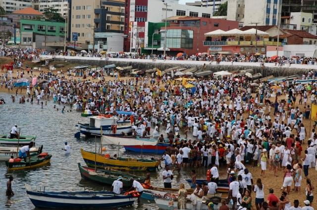 A multidão vai à Praia do Rio Vermelho para saldar Iemanjá.