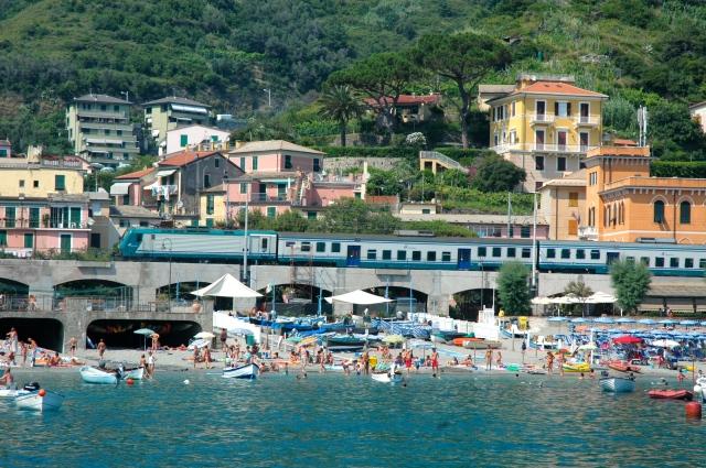 O trem é uma das maneiras de alcançar a Cinque Terre.
