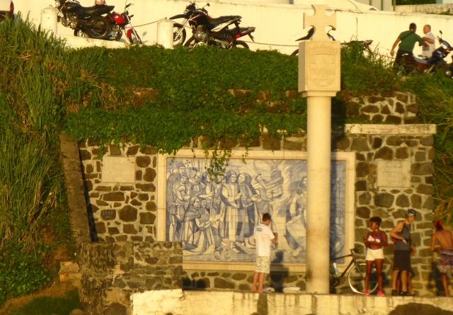 O painel de azulejos que homenageia a chegada de Tomé de Souza na Bahia.