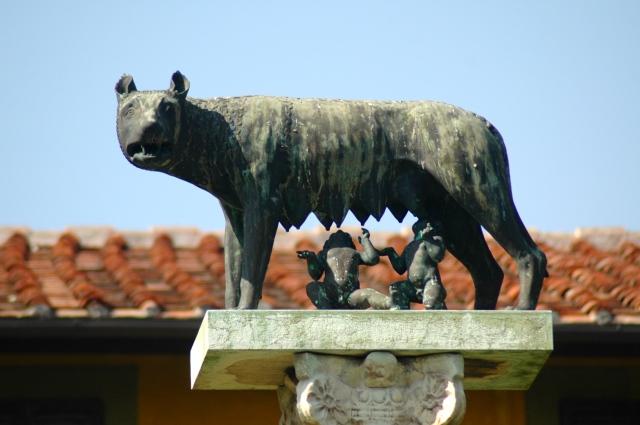 A loba alimentando Rômulo e Remo