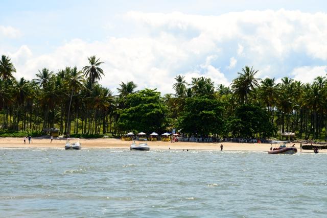 As poucas barracas da Praia de Moreré.