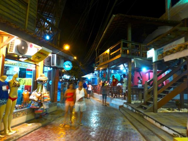 As ruas estreitas do Morro de São Paulo cheias de bares e restaurantes.