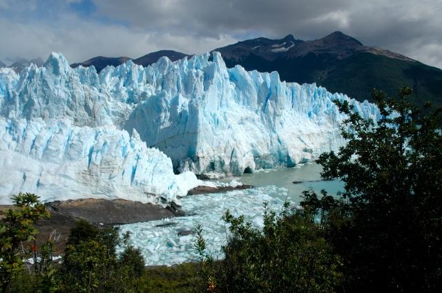 Trilhas para caminhada permitem uma excelente visão do Perito Moreno.
