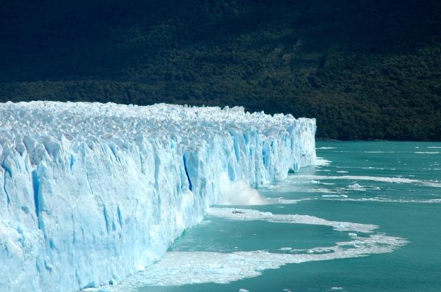 O gelo quebra e cai no Lago Argentino.