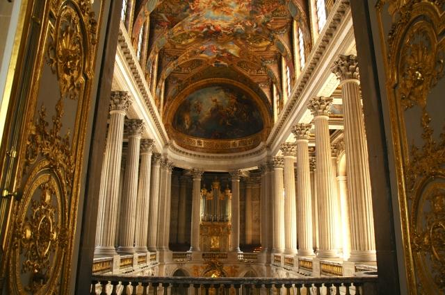 O interior da capela do Palácio de Versalhes.