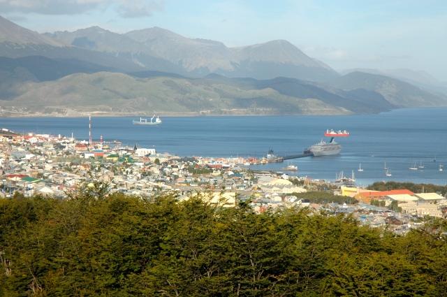 A cidade e a Baía de Ushuaia.