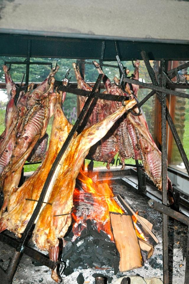 Assado de cordeiro, uma tradição da Patagônia.