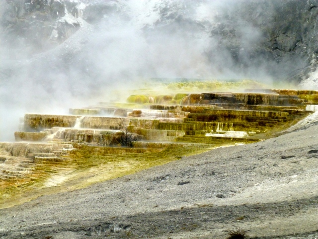 Os terraços multicoloridos da Mommoth Hot Springs.