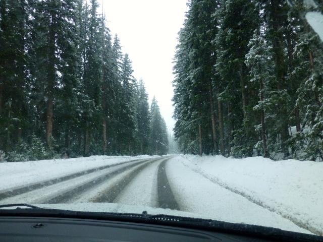 A estrada foi sendo encoberta pela neve.