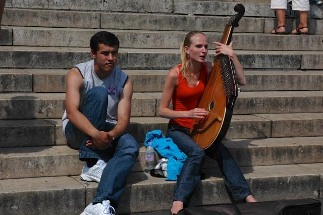 Artistas de rua nas escadarias da Basílica de Sacré-Coeur