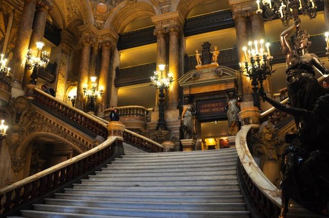 Escadaria interna da Opera de Paris.