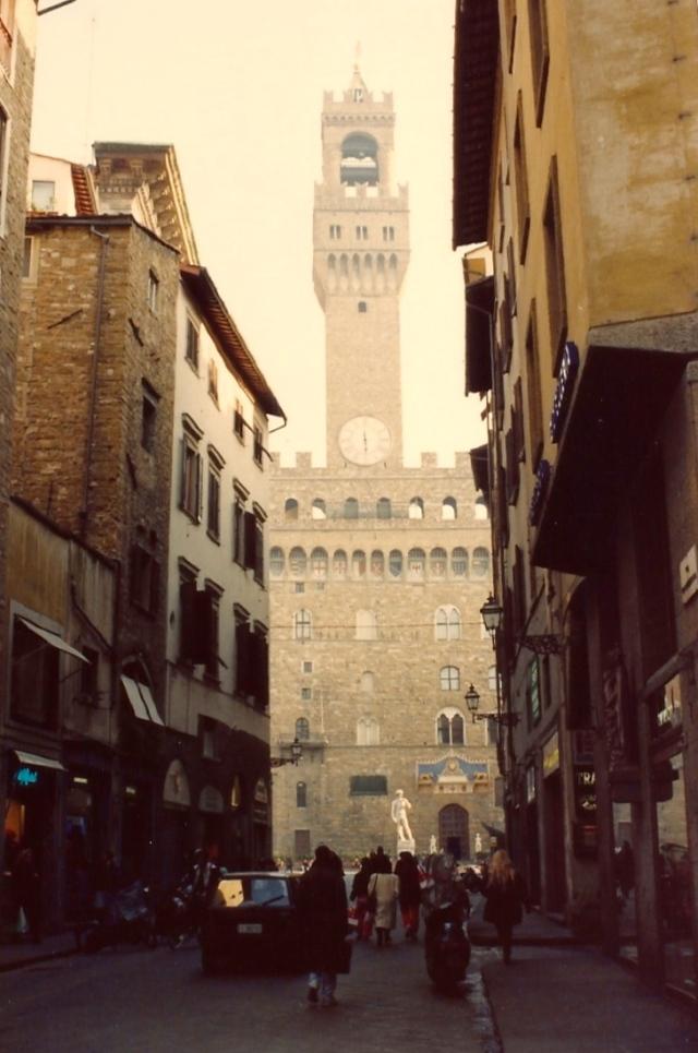 As ruelas de Florença com a Piazza Della Signoria ao fundo.