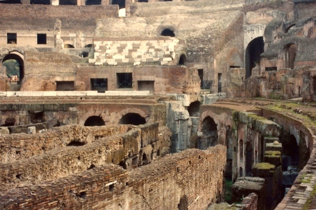No subsolo do Coliseu ficavam presos os cristãos e as feras.