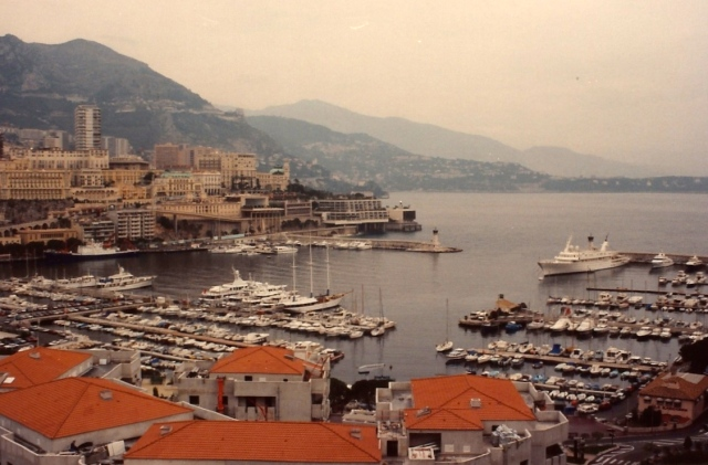 Em toda a Cote D'Azur, as montanhas e o mar se entrelaçam.