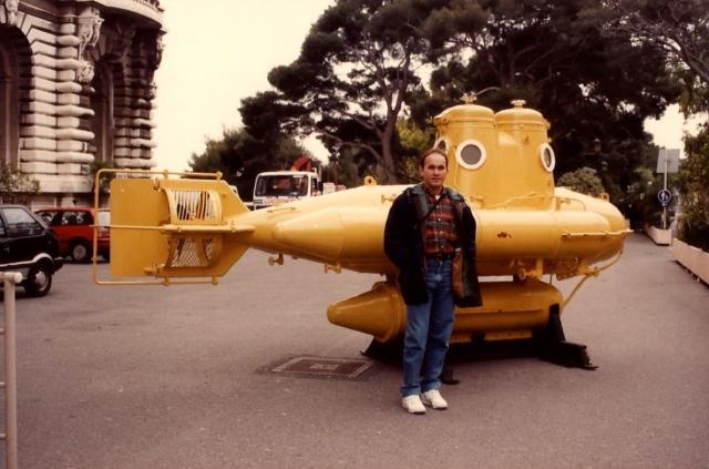 O submarino de Jacques Cousteau em exposição nos jardins do palácio real de Mônaco.