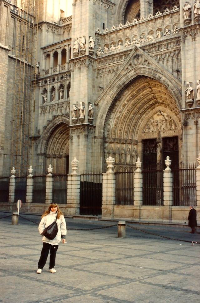 A Catedral fica espremida numa praça pequena.