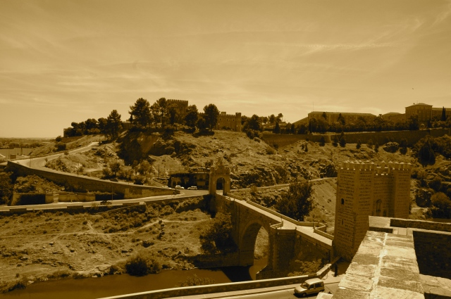 A cidade de Toledo no alto da colina.