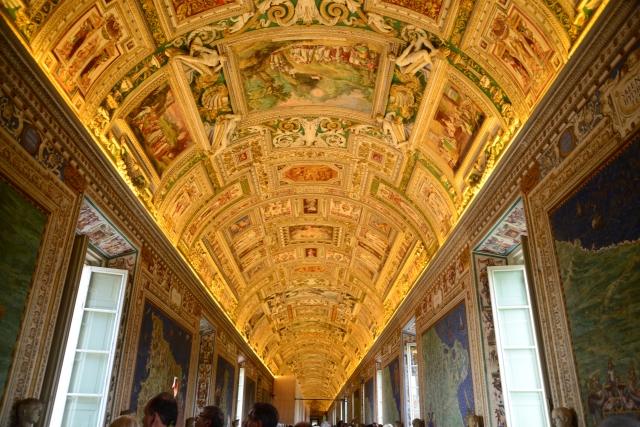 O maravilhoso teto da sala dos mapas do Museu do Vaticano.