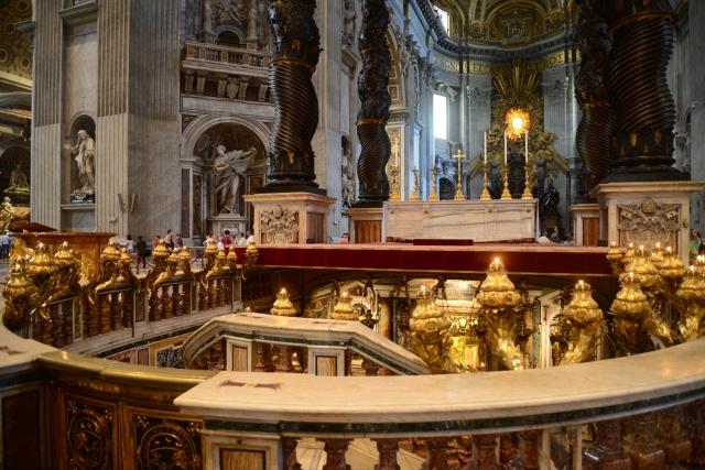 O túmulo de São Pedro fica nessa área reservada, na Basílica.