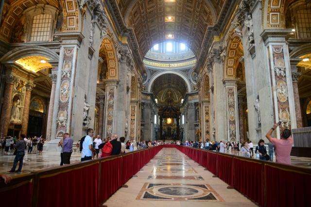 O interior da Basílica de São Pedro.