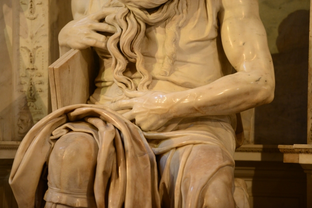 Os detalhes anatômicos do Moisés presentes nos músculos e veias.