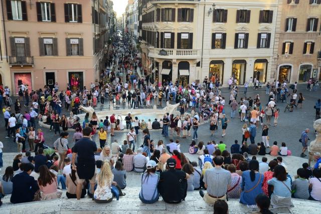Centenas de pessoas ficam nas escadarias da Praça de Espanha todos os dias.