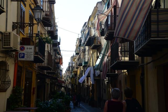 As ruas estreitas do centro histórico de Cefalú.