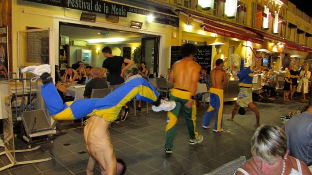 Artistas de rua Brasileiros dando um show de capoeira.