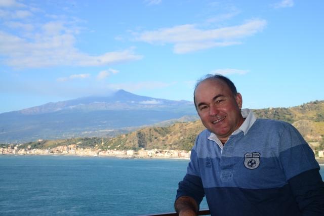 O Vulcão Etna ao fundo, na foto do Hotel de Taormina.