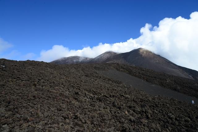 A vegetação vai desaparecendo à medida em que vamos subindo a montanha.