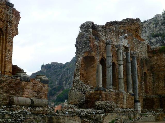 Detalhes das ruínas do Teatro Romano de Taormina.