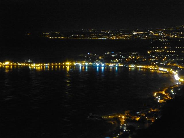 Vista noturna da orla de Taormina.