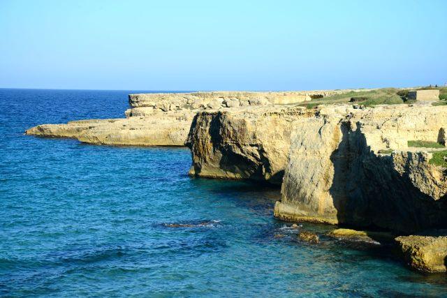 As falésias da Piscina Natural La Poesia na Praia de Roca