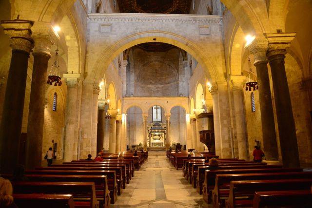 O austero interior da Igreja de São Nicolau.