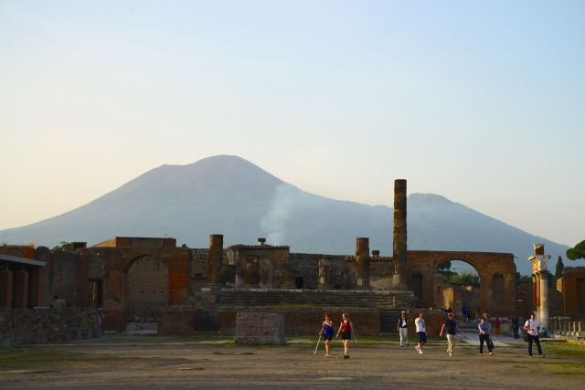 Ruínas de Pompéia com o Vesúvio ao fundo.