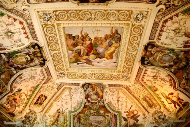 Todos os cômodos são ricamente decorados.