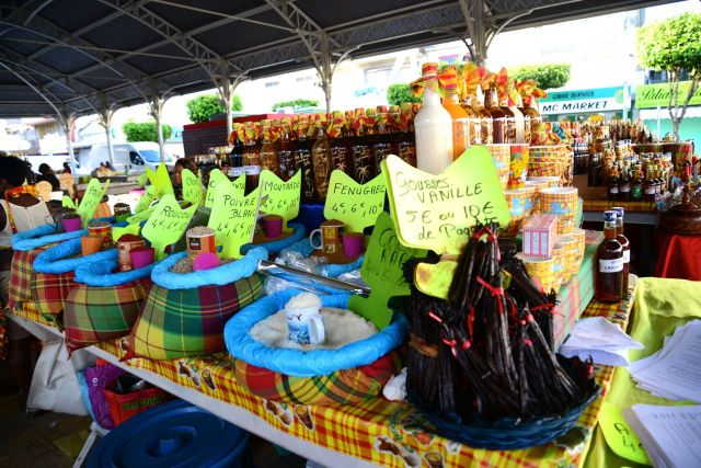 O mercado de especiarias, licores e runs de Pointe-à-Pitre