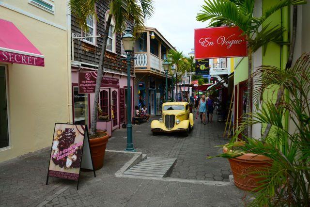 Carro antigo no charmoso comércio de Marina em Sint Maarten