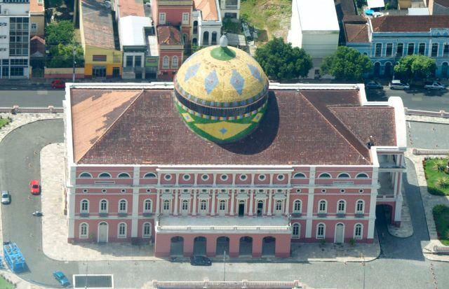 A cúpula multicolorida é um dos símbolos do Teatro de Manaus.